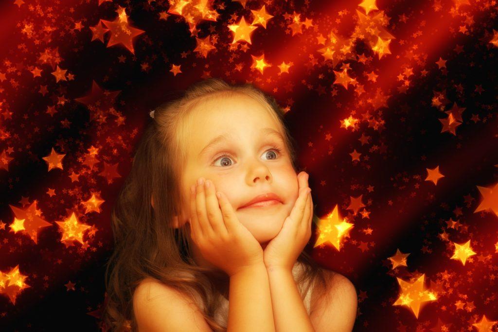 Mädchen träumt von den Sternen